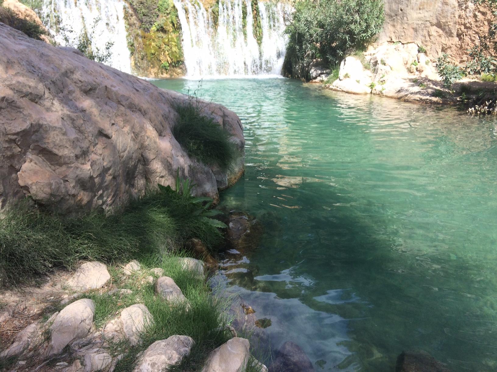 Un ba o refrescante bajo las cascadas de las fuentes del for Piscinas naturales alicante