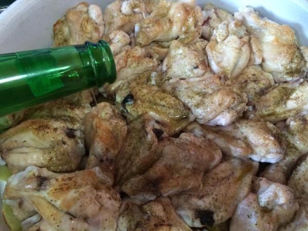 Echar cerveza a las alitas a la mitad de la cocción en el horno