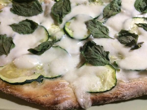 Pizza de quesos con albahaca fresca del huerto
