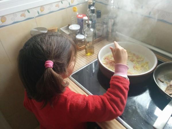 Tamae, 6 años, haciendo la receta de los solomillos al champiñón