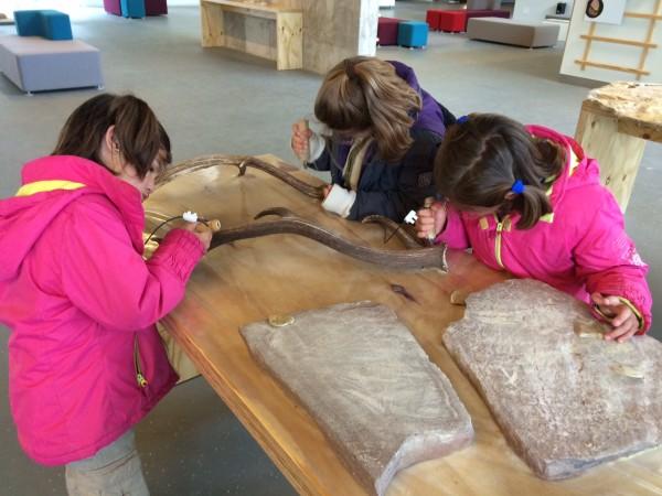 En Atapuerca aprendiendo a curtir cueros como se hacía en la prehistoria (Burgos)