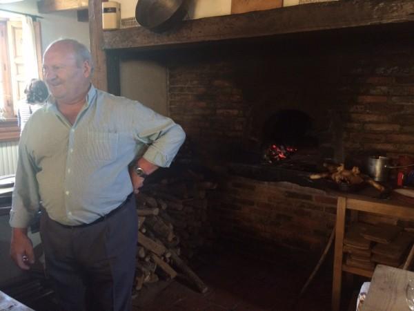 Uno de los miembros de la familia Manrique  sacando los lechazos del horno. Sotosalbos (Segovia)