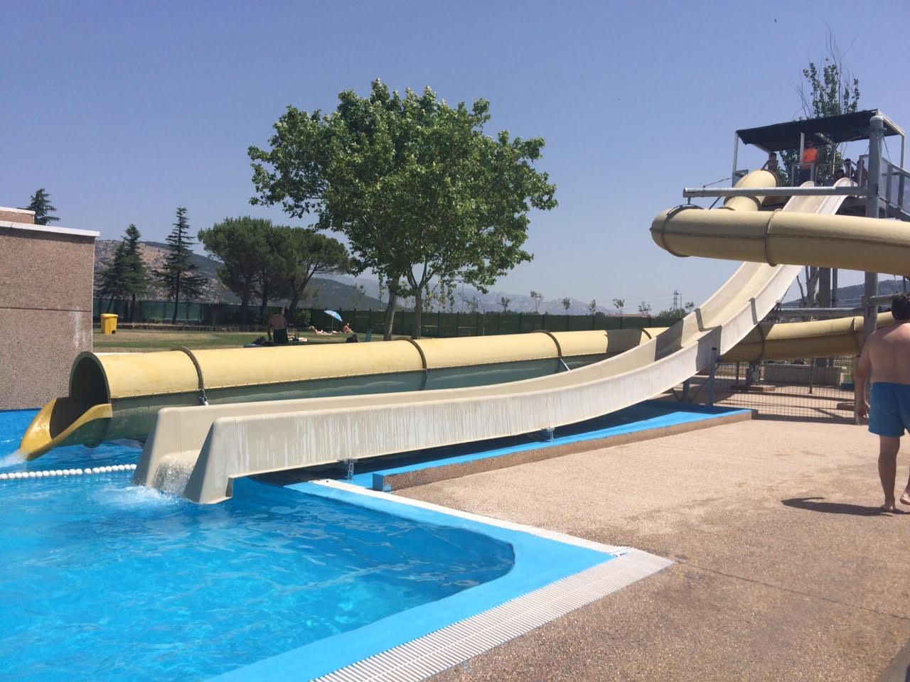 toboganes tubos y chorros en la piscina municipal de