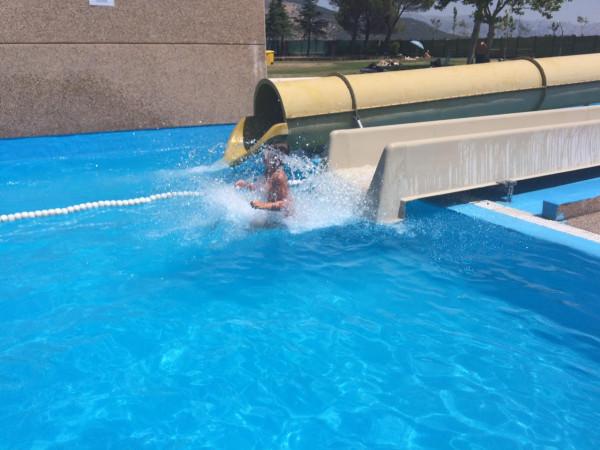 Mis #lokasdelavida tirándose en los toboganes de la piscina municipal de Collado Villalba (Madrid)