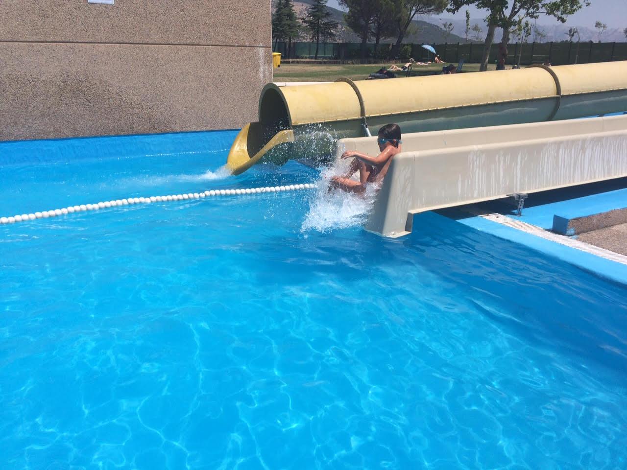 Toboganes tubos y chorros en la piscina municipal de for Piscinas precios baratos
