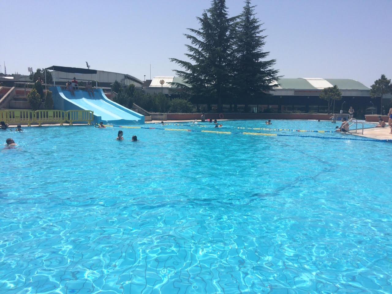 Toboganes tubos y chorros en la piscina municipal de for Las mejores piscinas municipales de madrid