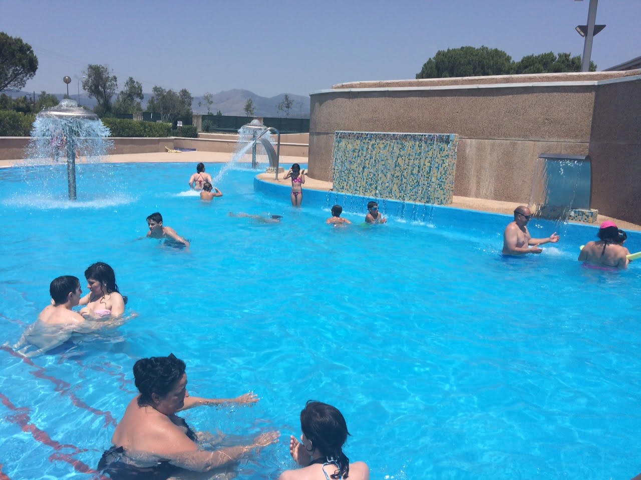 Toboganes tubos y chorros en la piscina municipal de for Piscina 24 horas madrid