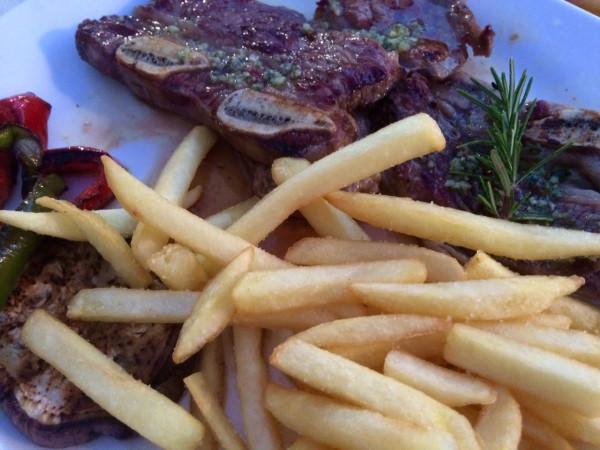Parrillada de carne en el  chiringuito Baladrar Beach Bar, Benissa