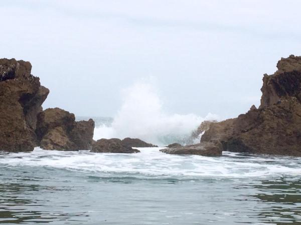 Salto de agua a la playa interior de Los Maderos en Liencres (Cantabria)