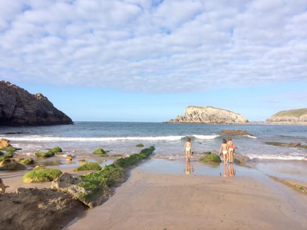 Mis #lokasdelavida jugando en la playa de Arnía, Liencres (Cantabria)