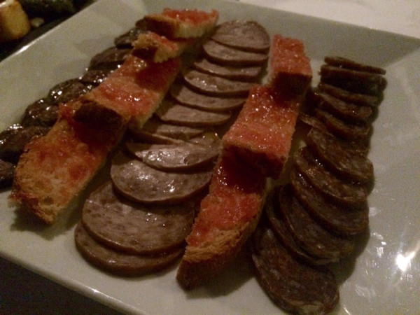 Surtido de embutidos catalanes y pan con tomate