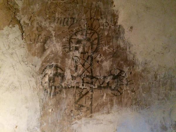 Dibujos en la zona de los carceleros de la Cárcel de la Villa de Pedraza (Segovia)