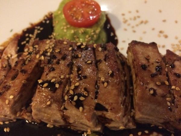 Tataki de atún con guacamole en la cena romántica