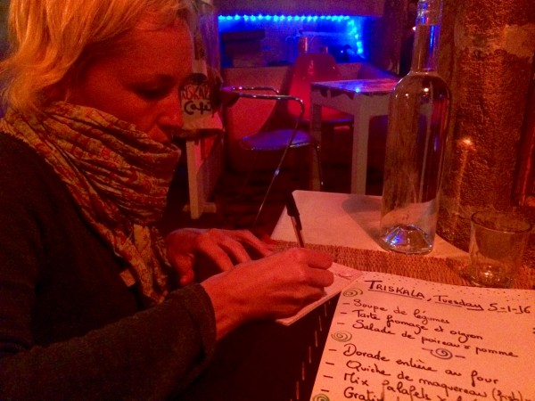 Marga explicándonos el menú del día en el restaurante Triskala (Essaouira- Marruecos)