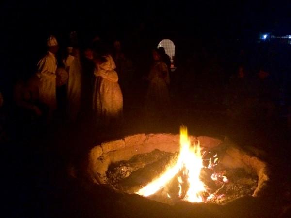 Fuego de campamento en el desierto durante el fin de año