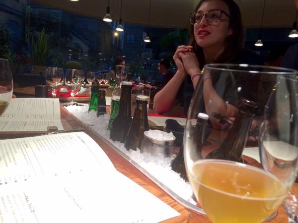 Mesas redondas con hielo en le medio donde se ponen las cervezas