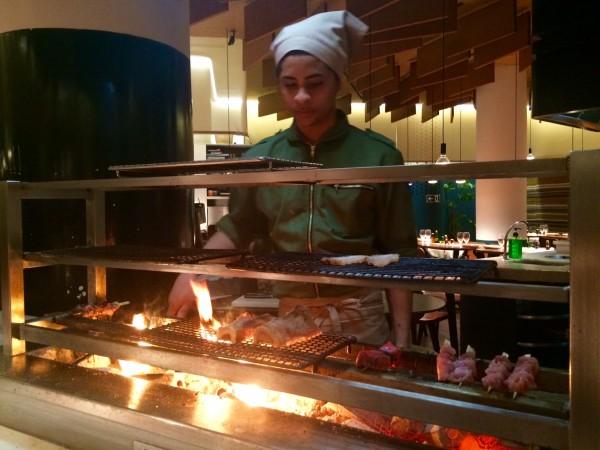 Cocinando sobre carbón en medio del restaurante