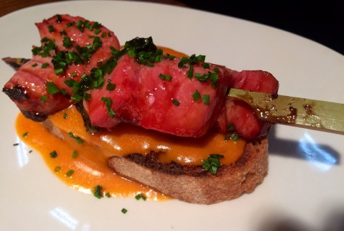 Brocheta de atún rojo y pack choy lacado sobre pan y salmorejo