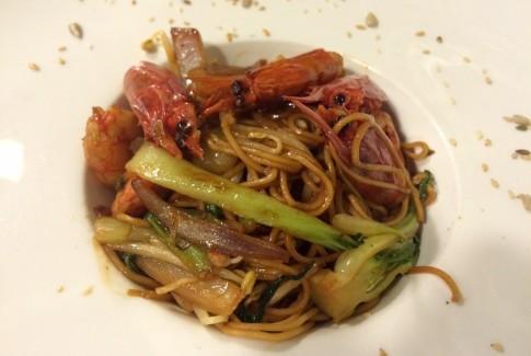 Wok de noodels, Gamba roja, pack choi y brotes de soja