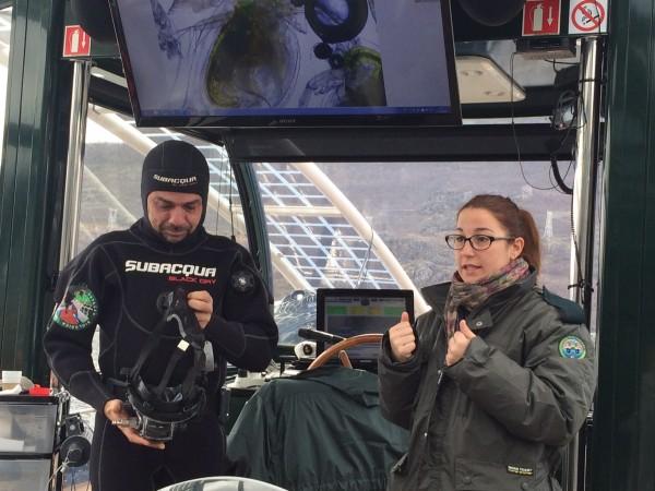 Explicaciones de los biólogos a bordo del Helios Sanabria