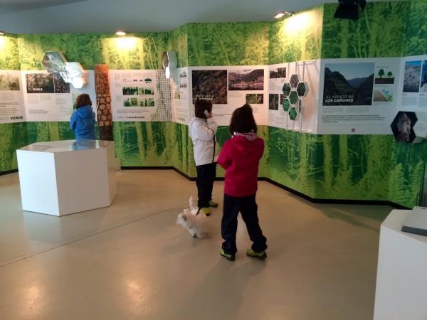 Dentro del centro de interpretación del Lago con las audioguías
