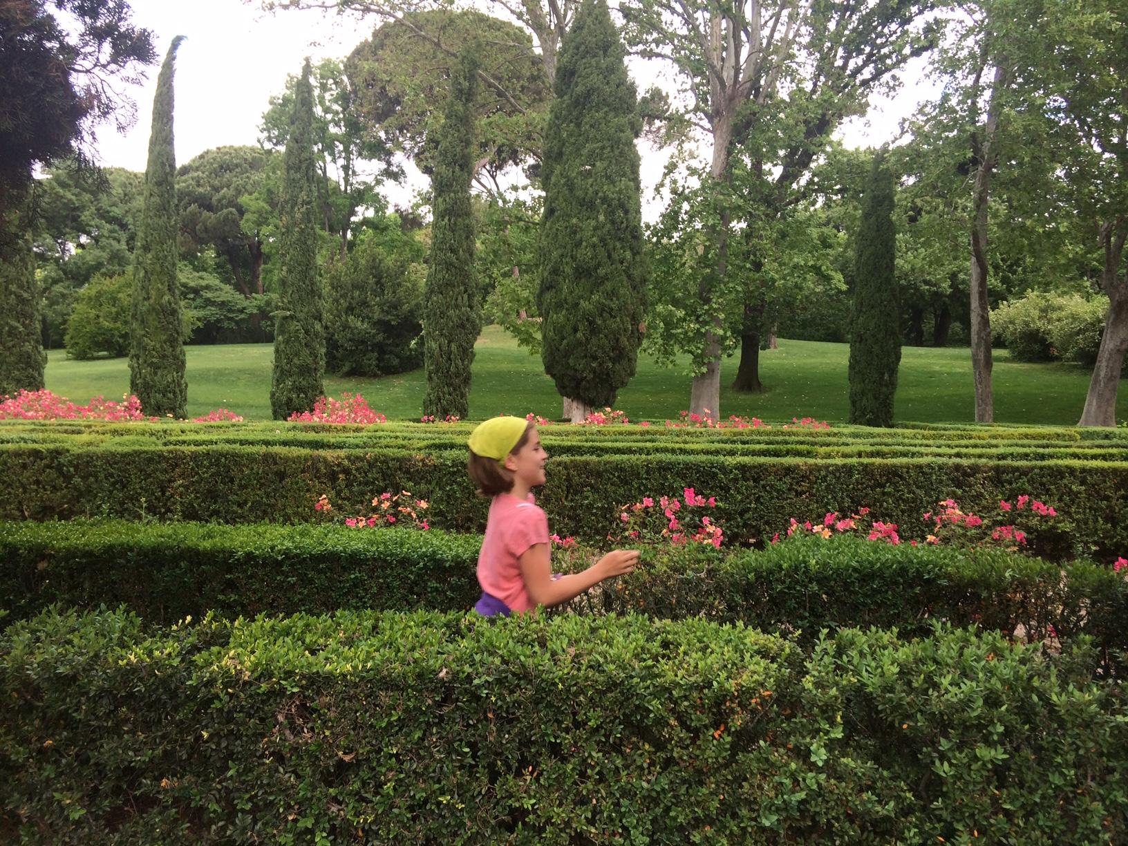 Corriendo entre los setos. Parque del Capricho (Madrid)