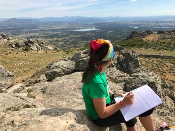 Escribiendo en el cuaderno de bitácoras de la cumbre
