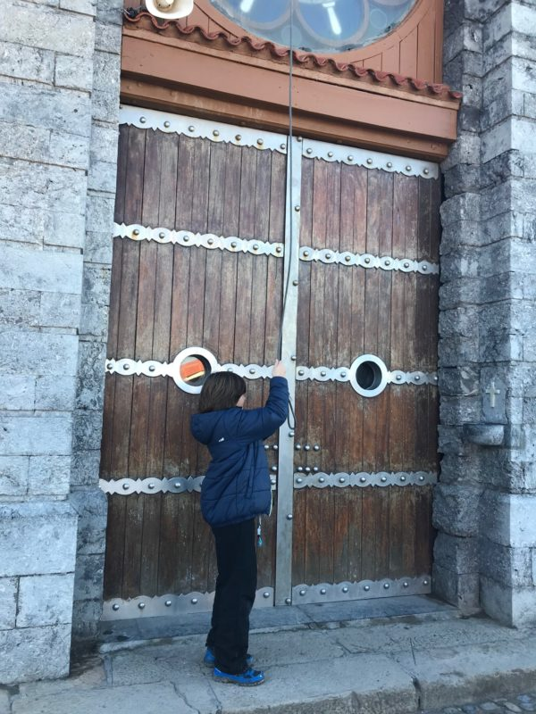 Tocando la campana de la Ermita
