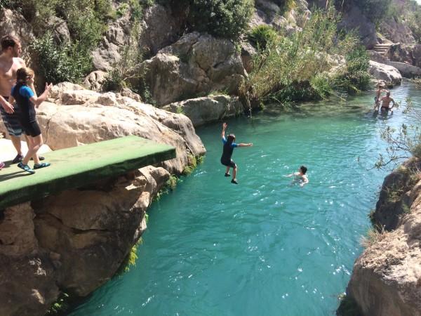 Lanzamiento desde el trampolín en las Fuentes del Algar (Alicante)