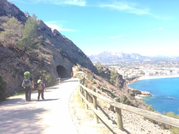 Pasando el túnel  de la ruta del Faro de Albir (Alicante)