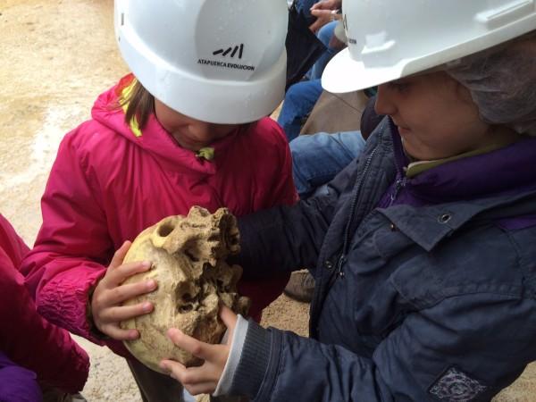 Tocando el cráneo de un Antecessor en Atapuerca (Burgos)