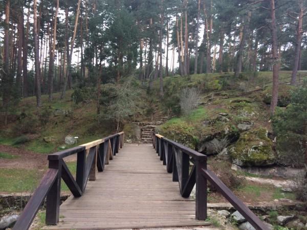 Puente por donde hay que cruzar para empezar la ruta en Boca del Asno (Segovia)