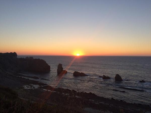 Anochecer enl a playa de Arnía en Liencres (Santander)