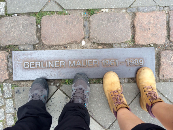 Pisando el muro de Berlín