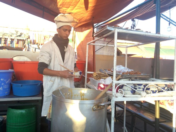 Haciendo la sopa marroquí, harira, en el puesto número 5