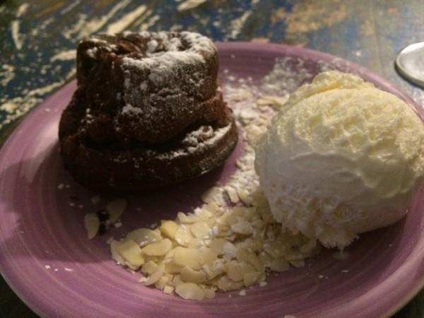 Volcán de chocolate con helado de vainilla