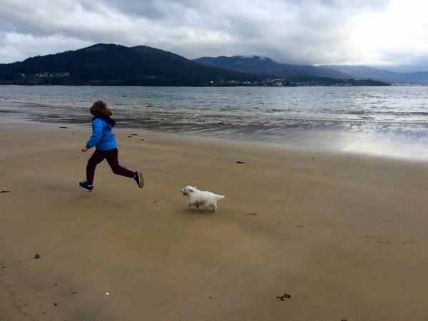 Corriendo por la playa cerca a las cabañas. Galicia.