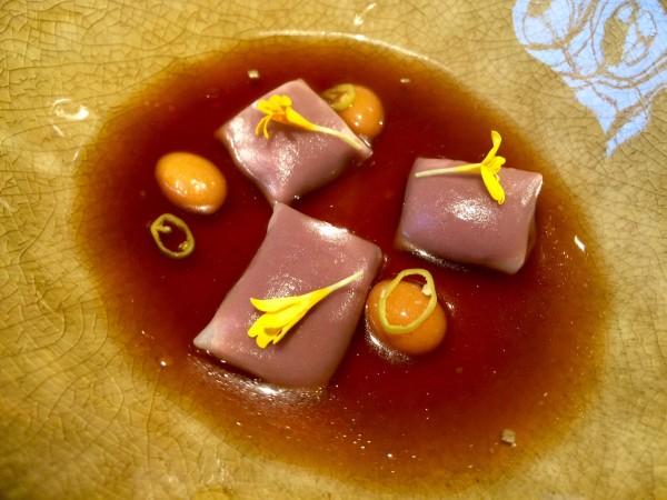 Raviolis de alubias de Tolosa en infusión de berza