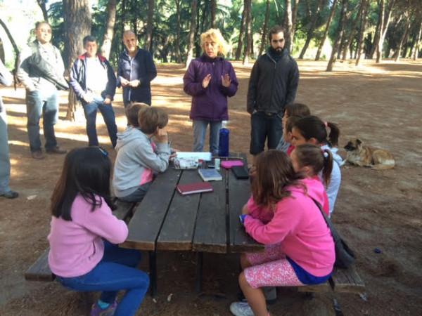 Eva hablando con lo peques en el Parque del Oeste