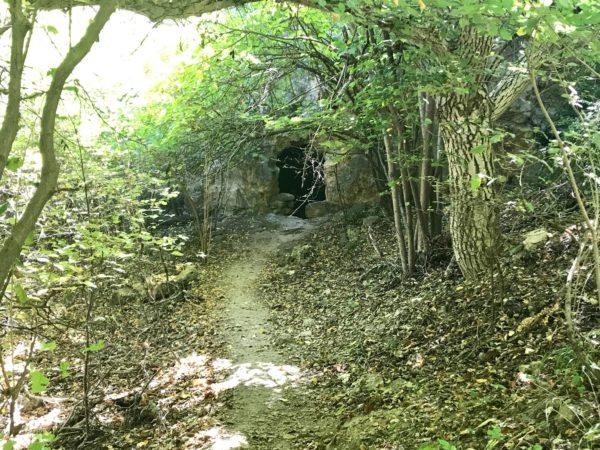 Búnquer en el camino al nacimiento del Río Pitarque