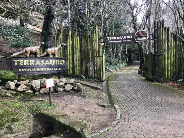 Entrada a la zona de dinosaurios